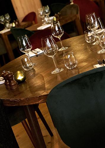 Bord dækket med glas i restauranten